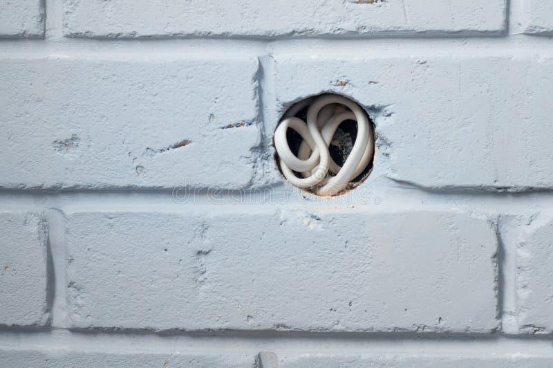 Boîte de débouché dans le mur de briques gris photo libre de droits