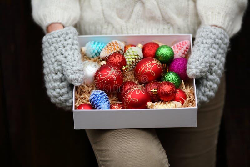 boîte de décorations de Noël chez la main du ` s de la femme images libres de droits