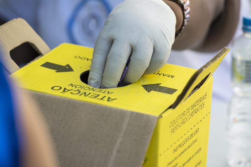 boîte de disposition matérielle médicale souillée photos libres de droits