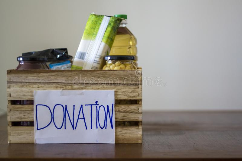 Boîte de donation avec la nourriture photos stock