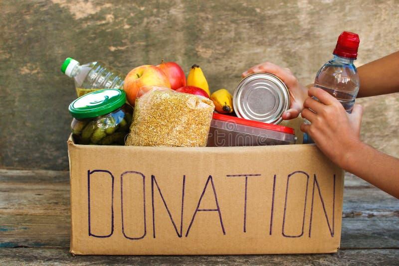 Boîte de donation avec la nourriture images stock