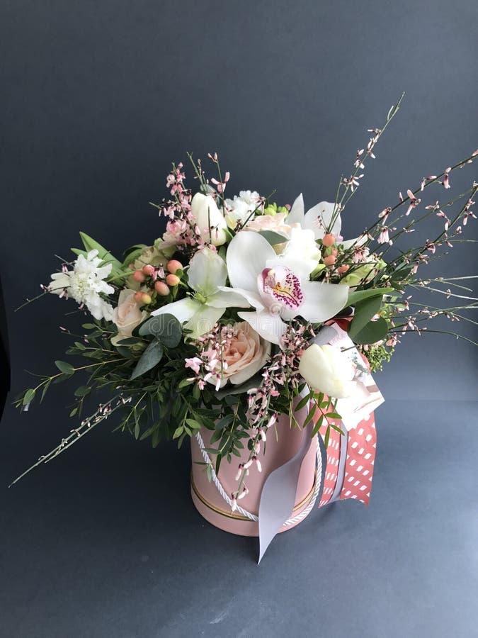 Boîte de fleur sur le fond gris images stock