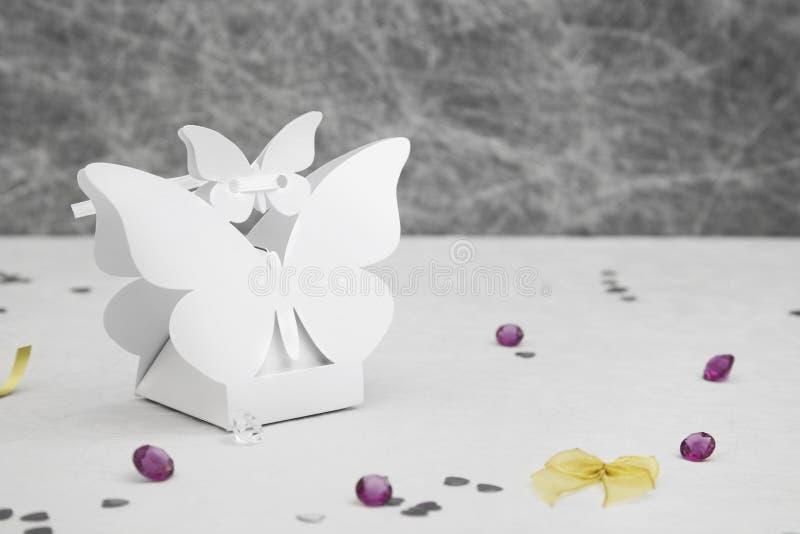 Boîte de forme de papillon de faveur de mariage image stock