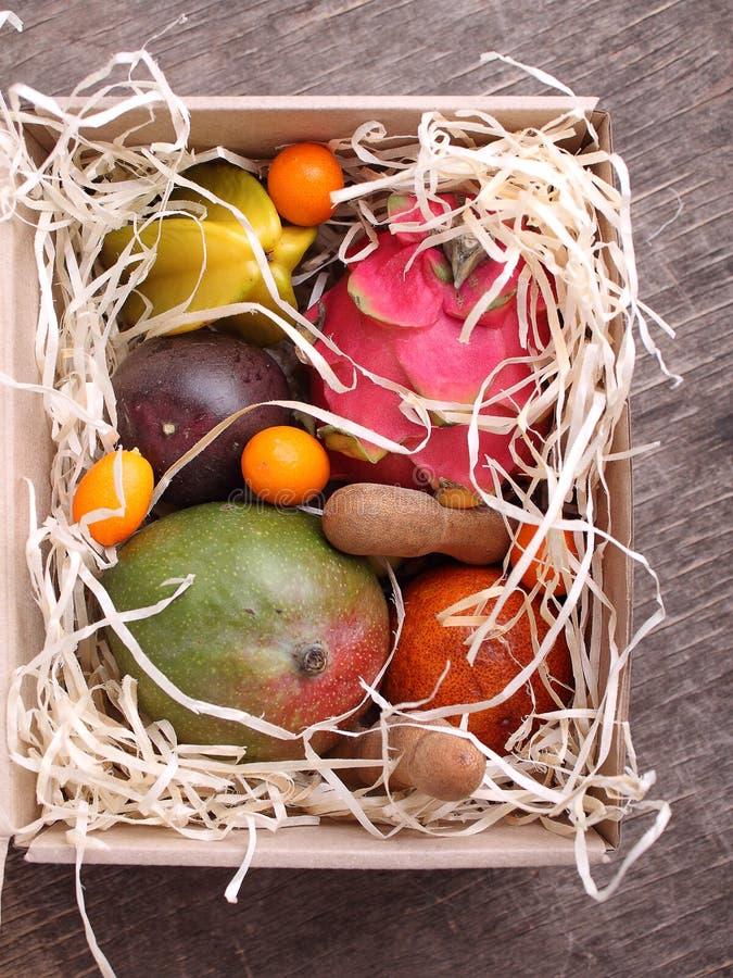 Boîte de fruits exotiques images libres de droits