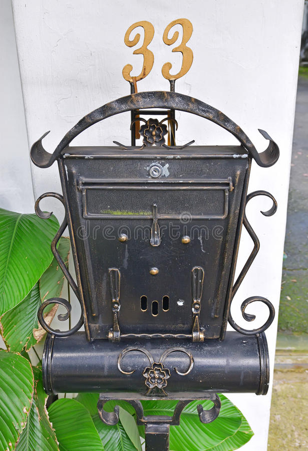 Boîte de lettre autonome extérieure rustique semblante antique images libres de droits