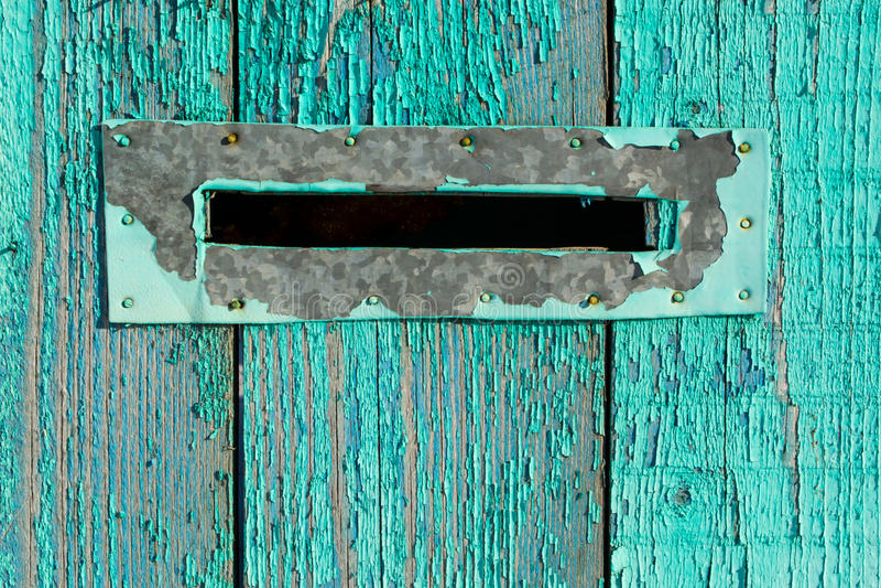Boîte de lettre sur le bois bleu images libres de droits