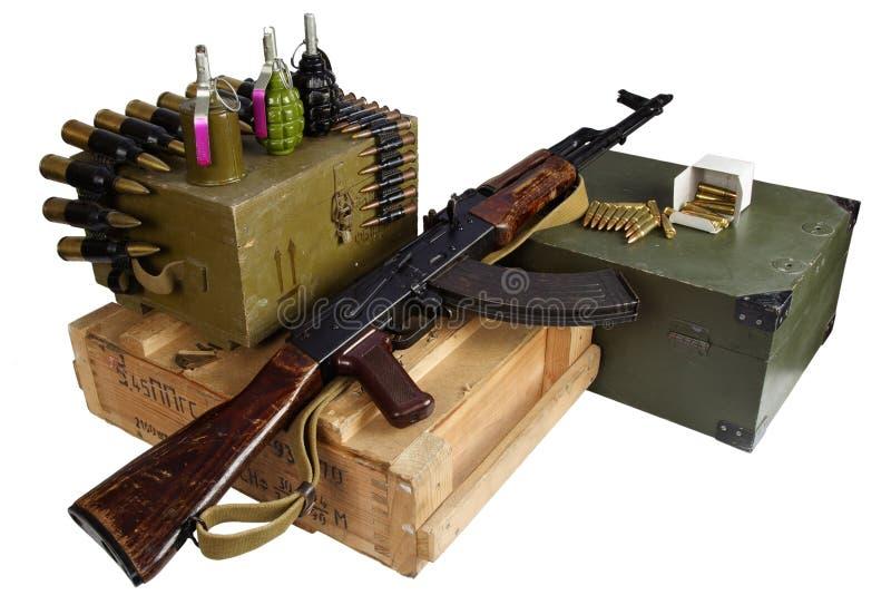 Boîte de munitions de l'armée avec fusil AK47 et munitions Texte sur boîte à munitions en russie - type de cartouche et calibre a photos stock