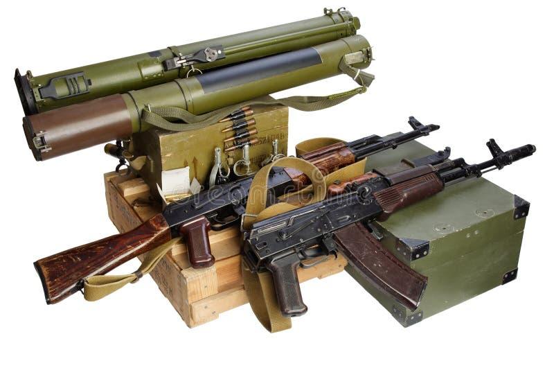 Boîte de munitions de l'armée avec fusil AK47 et munitions Texte sur boîte à munitions en russie - type de cartouche et calibre a image stock