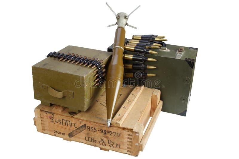 Boîte de munitions de l'armée avec grenade propulsée par fusée Texte sur boîte à munitions en russie - type de cartouche et calib photo libre de droits
