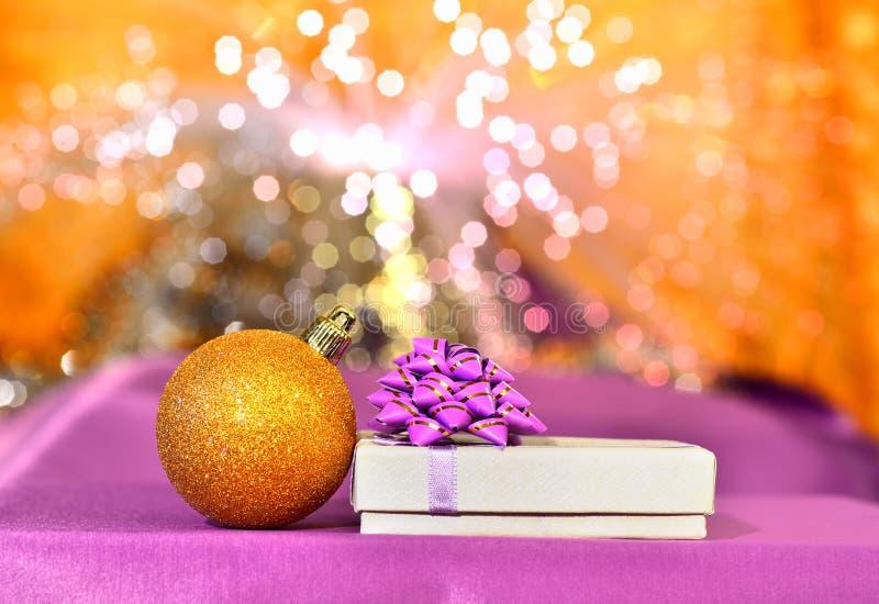 Boîte de Noël et babiole d'or de Noël image stock