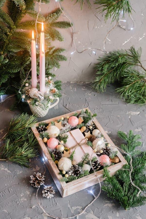 Boîte de Noël et chandelier avec des branches de sapin sur la table images libres de droits