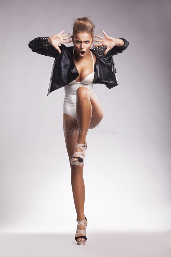Boîte de nuit Danse excentrique de jeune femme image stock
