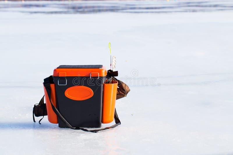 Boîte de pêche sur le lac congelé images stock