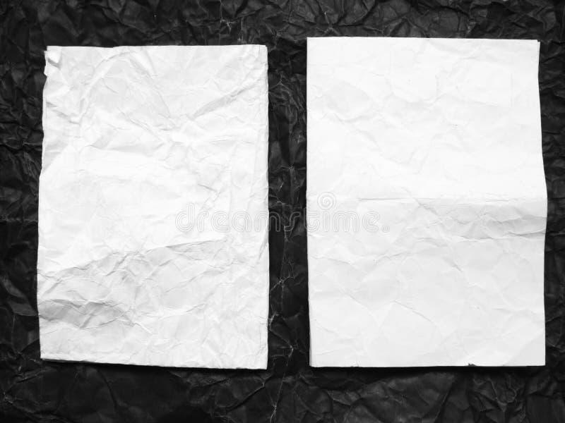 Boîte de papier sur le papier noir chiffonné par blanc photo stock