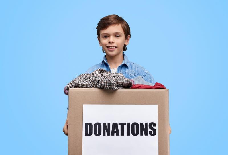 Boîte de participation d'enfant avec des donations image libre de droits
