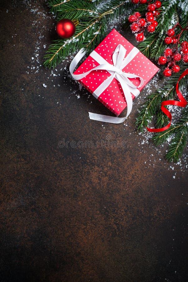 Boîte de présent de rouge de Noël sur le fond foncé photos stock