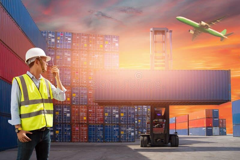 Boîte de récipients de chargement de contrôle d'agent de maîtrise de bateau de fret de cargaison pour des importations-exportatio photographie stock libre de droits