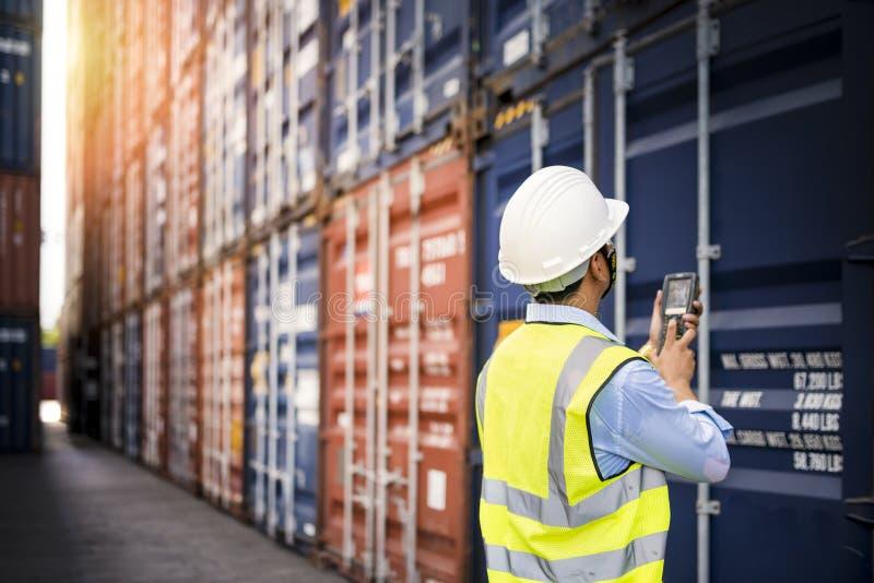 Boîte de récipients de chargement de contrôle d'agent de maîtrise de cargaison images stock