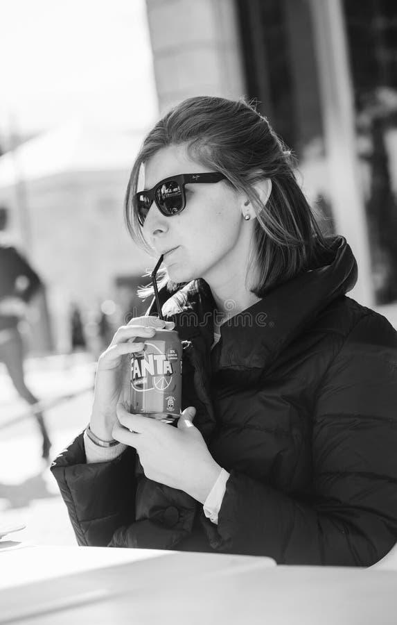 Boîte de soude potable élégante de femme à la mode avec la paille Fanta images stock