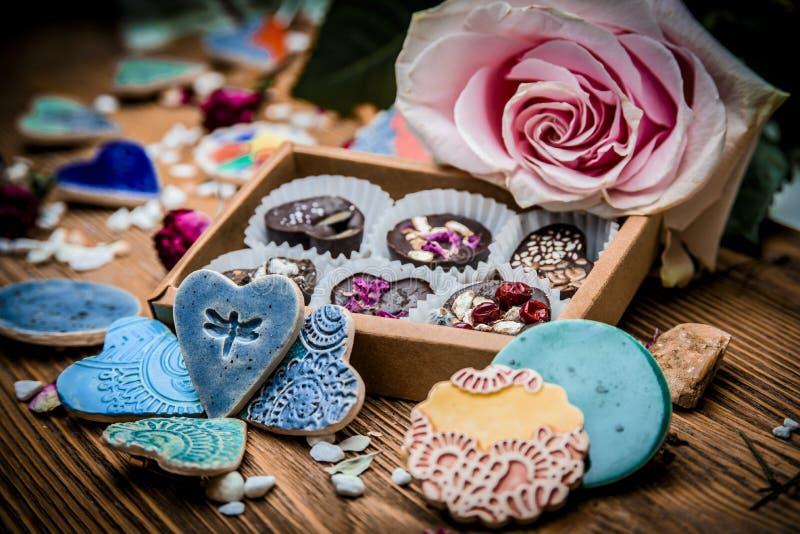Boîte de sucreries et de blanc en céramique de broches une fleur photos stock