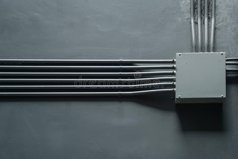 Boîte de transformateur sur le mur gris photographie stock