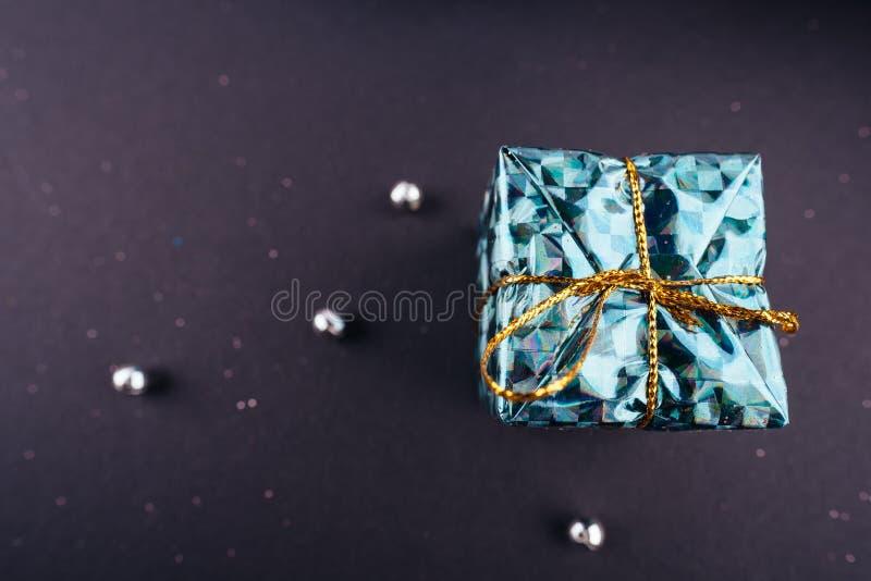 Boîte de vert de cadeau de vacances de nouvelle année de Noël petite sur le fond foncé d'en haut image stock