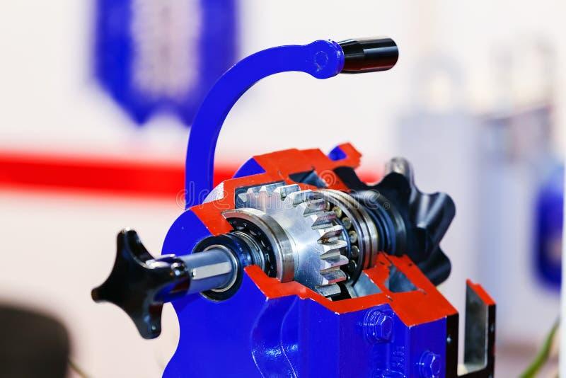 Boîte de vitesse sur le grand moteur électrique photographie stock