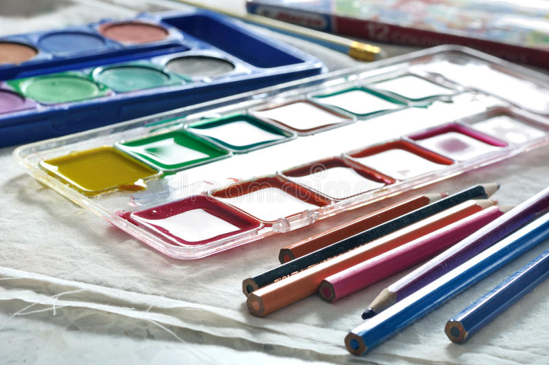 Boîte des aquarelles et de la palette mélangées d'aquarelles image stock