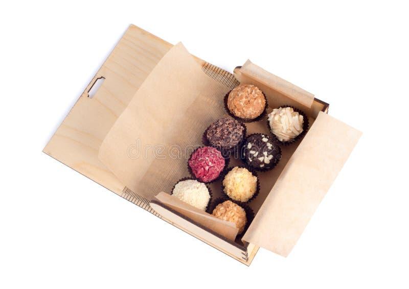 Boîte en bois avec des chocolats images stock