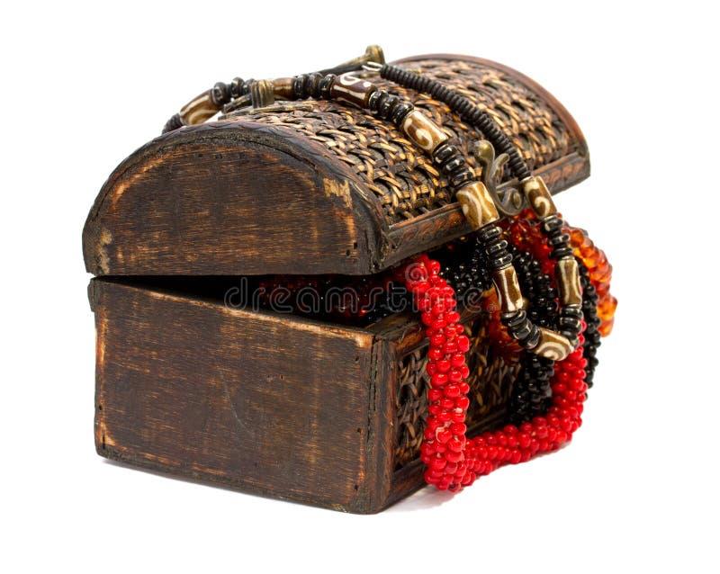 Boîte en bois avec des colliers photographie stock libre de droits