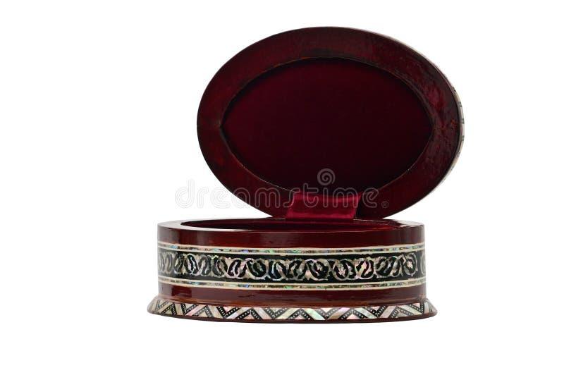 Boîte en bois avec des ornements pour des bijoux et des bijoux sur un fond blanc images stock