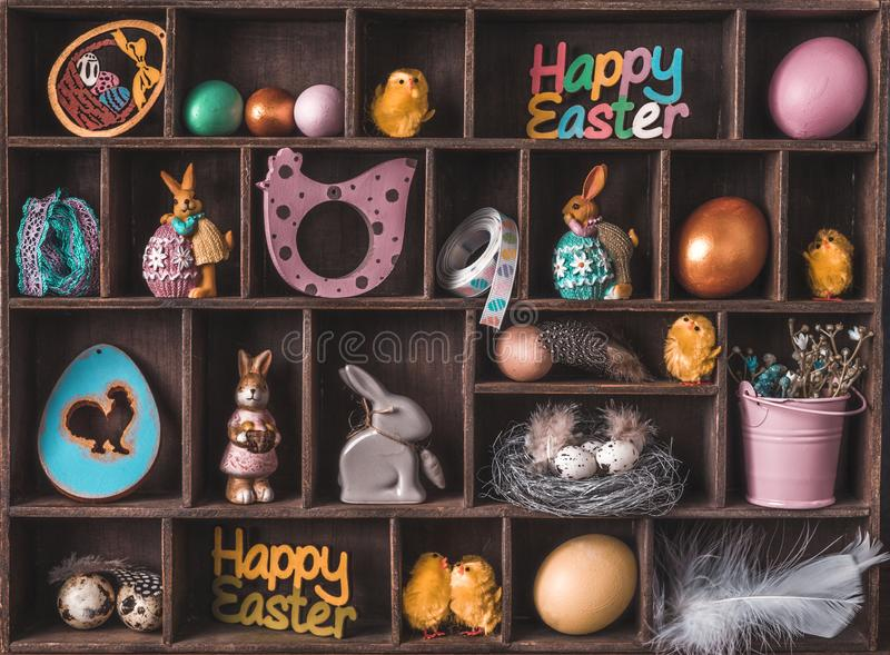 Boîte en bois avec le décor de Pâques photos stock