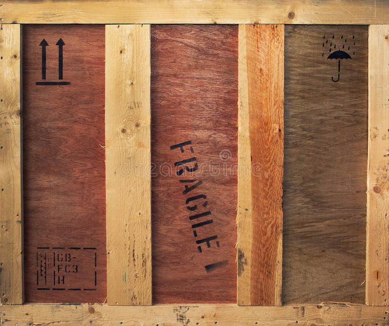 Boîte en bois avec les signes fragiles et de fret photo libre de droits