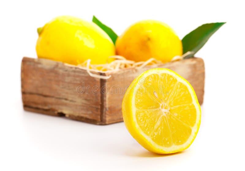 Boîte en bois complètement de citrons photo libre de droits