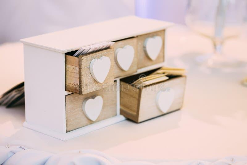 Boîte en bois décorative de vintage blanc pour des cartes de visite photos stock
