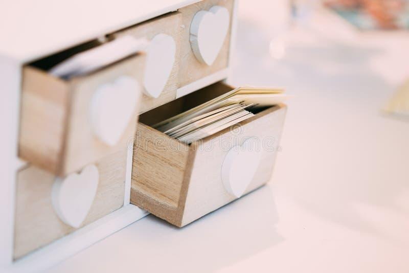 Boîte en bois décorative de vintage blanc pour des cartes de visite image libre de droits
