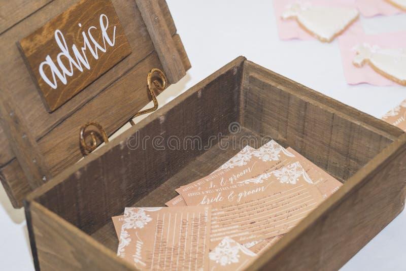 Boîte en bois de conseil pour des événements avec des entrées photographie stock libre de droits