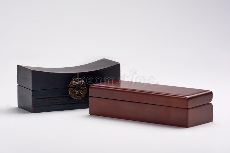 Boîte en bois de luxe de vintage avec la serrure et la poignée d'or images libres de droits