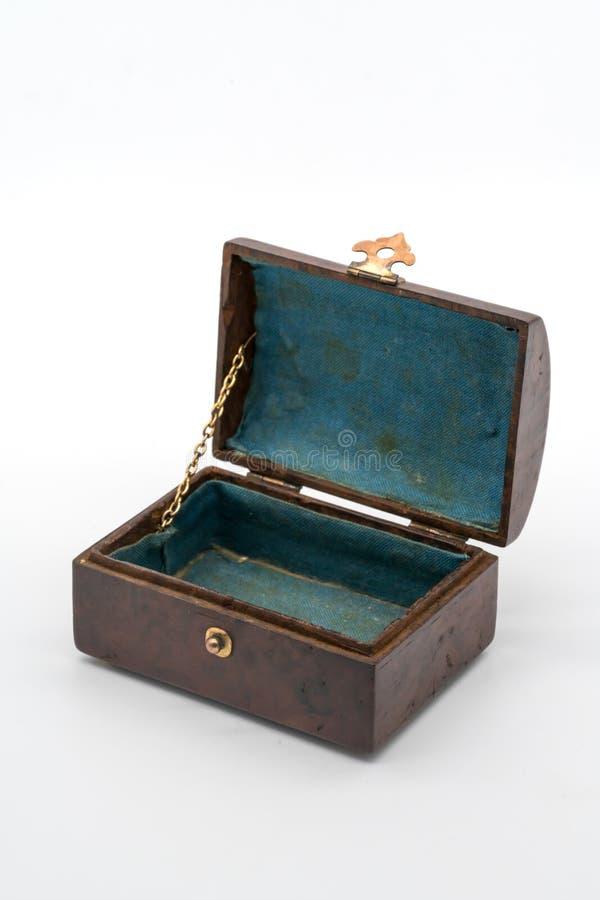 Boîte en bois de luxe de vintage avec la serrure et la poignée d'or d'isolement dessus photos stock
