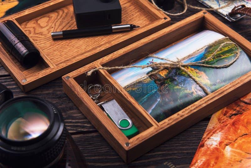 Boîte en bois de photo avec la photo du voyage images libres de droits