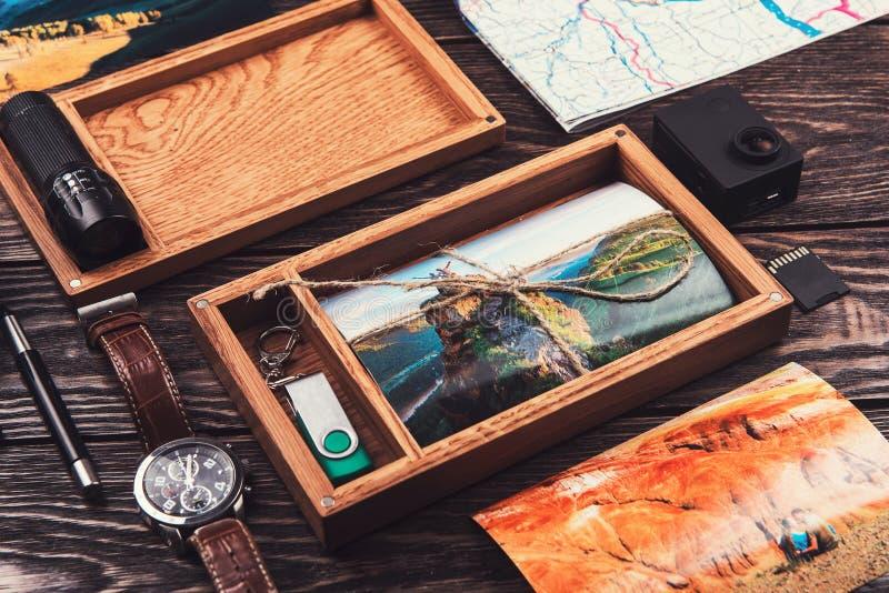 Boîte en bois de photo avec la photo du voyage photographie stock libre de droits