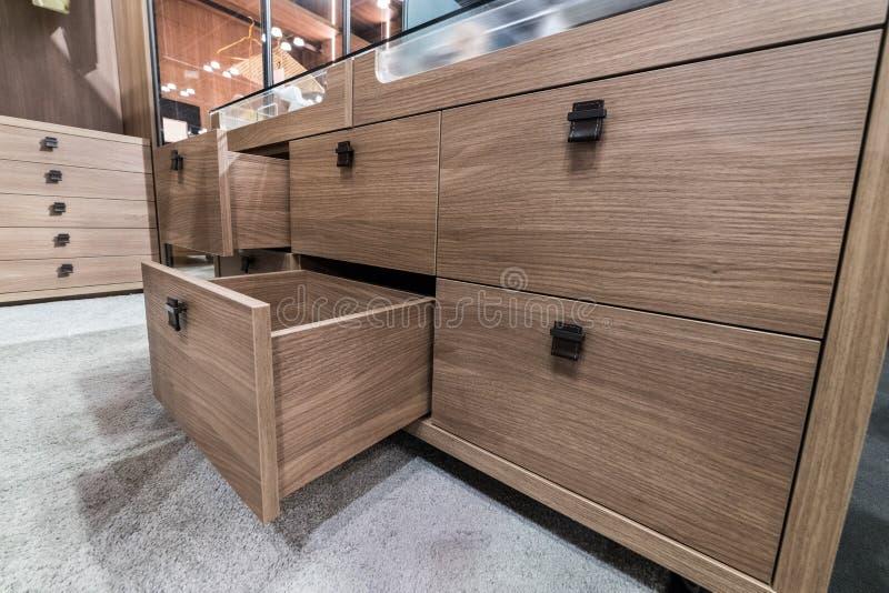 Boîte en bois de tiroir de coffret dans le vestiaire de luxueux de chambre à coucher image libre de droits