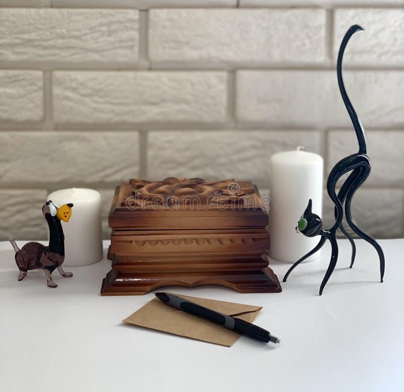 Boîte en bois sur la table, la figurine d'un chien et un chat images libres de droits