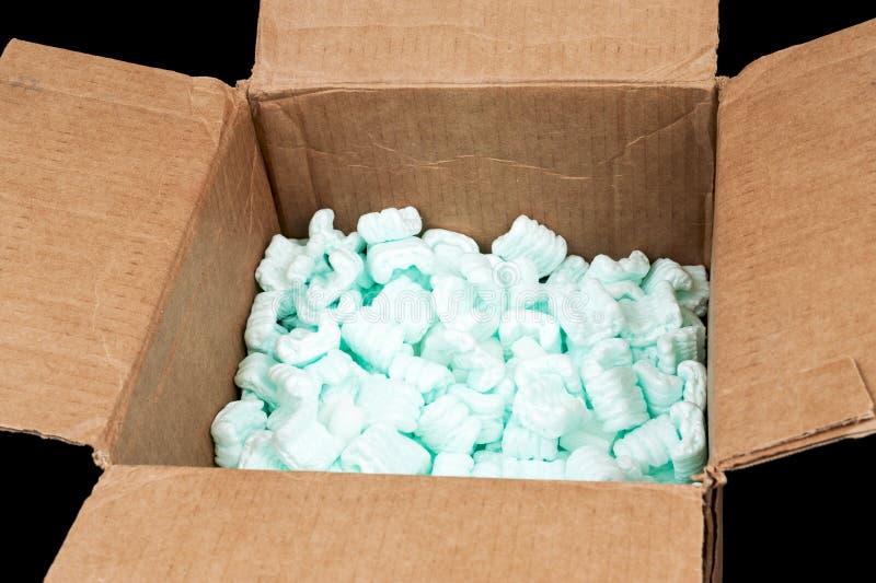 Boîte en carton avec des arachides d'expédition image stock