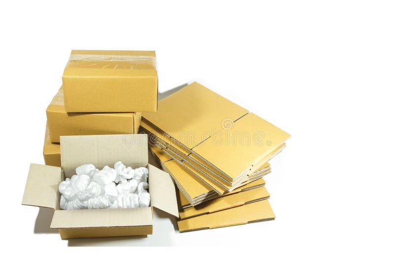 Boîte en carton avec des arachides de mousse de styrol dessus image stock