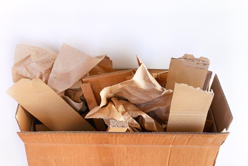 Bo?te en carton avec des morceaux de papier chiffonn? et de carton photographie stock libre de droits