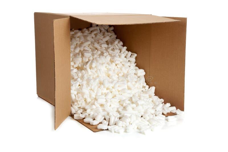 Boîte en carton avec la mousse de styrol sur le blanc images stock