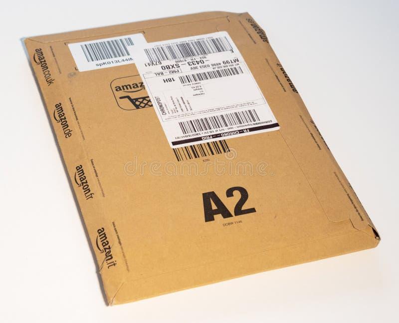 Boîte en carton d'Amazone sur le fond blanc image stock