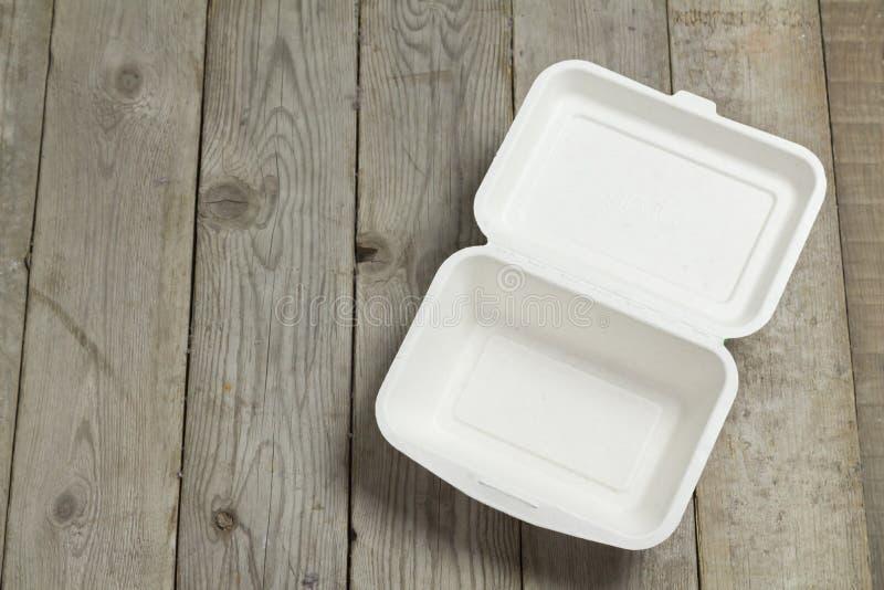 Boîte en carton de boîte à aliments de préparation rapide sur en bois image libre de droits