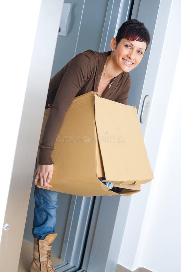 Boîte en carton de transport de femme photographie stock libre de droits